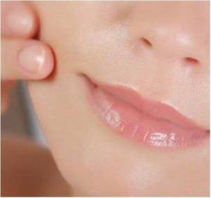 Nieuw in de salon is de Plexr behandeling door Dr Daniel Chesik Heeft u last van overhangende oogleden, maar wilt u liever geen chirurgische ingreep? Plexr is het revolutionaire alternatief voor een operatieve ooglidcorrectie. Deze behandeling lift uw huid zonder operatie. Ook kraaienpootjes en bovenliprimpels zijn heel effectief te verwijderen met deze nieuwe methode. Plexr wint ook in Nederland snel aan populariteit. Geen wonder, want het resultaat is minstens zo mooi als bij een chirurgische ingreep, terwijl de behandeling niet invasief is. De methode is veiliger en sneller, en biedt blijvend resultaat.Rimpels behandelen met Plexr De Voordelen: Alternatief voor chirurgie Zonder snijden/scalpels Geen narcose Geen hechtingen Korte hersteltijd Geen littekenvorming Veilig Effectief liftend resultaat Ooglidcorrecties en rimpelverwijdering Plexr wordt toegepast bij de behandeling van diverse huid- en huidverouderingsproblemen. Het is een veilige methode die geschikt is voor elke leeftijd. Het is een baanbrekend alternatief voor ingrepen die tot nu toe alleen in operatiekamers uitvoerbaar waren. Deze methode wordt onder andere gebruikt voor: Bovenooglid Onderooglid Bovenlip(mondgebied) Kraaienpootjes Halsversteviging Plooien (bijv. bij de oren) Allerlei soorten rimpels Direct zichtbaar en blijvend resultaat Resultaten van de Plexr-methode zijn direct zichtbaar en definitief. Direct na de behandeling ziet u al dat de huid strakker is. Na vijf tot tien dagen zijn de wondjes genezen, is de zwelling weg en vallen de korstjes van de huid. Dan verschijnt er een verjongde huid vol nieuw collageen. Na twee à drie maanden is het definitieve resultaat zichtbaar, omdat de huid dan compleet is verjongd en de collageenaanmaak optimaal is. PLEXR is veiliger dan een chirurgische ingreep Omdat u bij een Plexr-behandeling niet onder narcose hoeft en er niet in uw huid wordt gesneden, is de kans op complicaties vele malen kleiner dan bij een chirurgische ingreep. De Plexr-behandelingen w